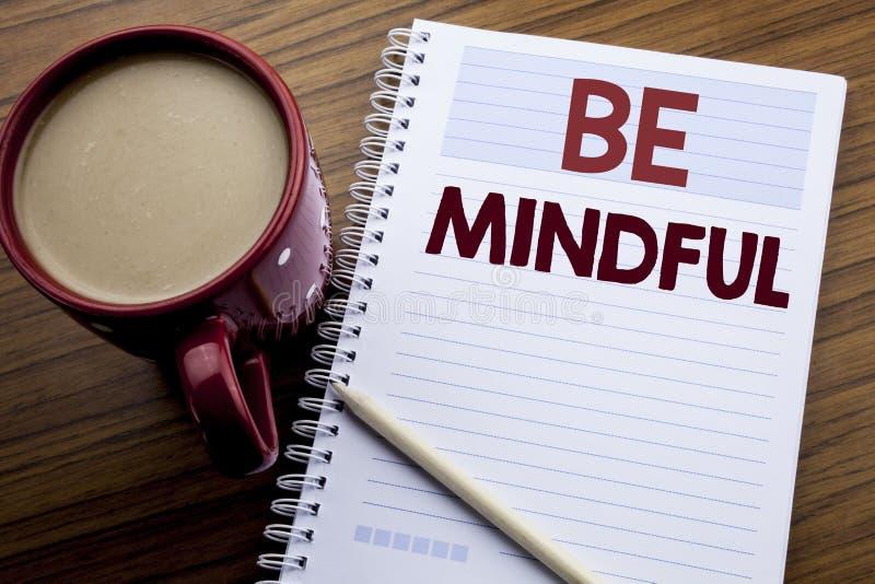 Hand het schrijven de inspiratie van de teksttitel tonen Bedachtzaam is Bedrijfsconcept voor de Gezonde die Geest van Mindfulness stock foto