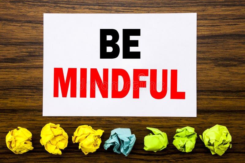 Hand het schrijven de inspiratie van de teksttitel tonen Bedachtzaam is Concept voor de Gezonde Geest van Mindfulness die op klev royalty-vrije stock afbeelding