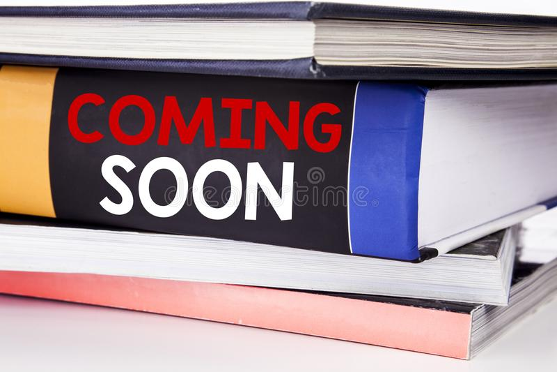 Hand het schrijven de inspiratie van de teksttitel tonen die spoedig komen Bedrijfsconcept voor in aanbouw geschreven op het boek royalty-vrije stock afbeelding