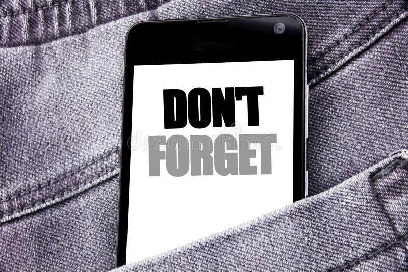 Hand het schrijven de inspiratie van de teksttitel het tonen vergeet niet Bedrijfsconcept voor Don t telefoon w van de geheugen d stock afbeelding