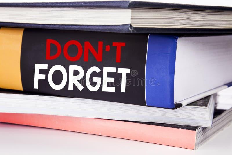 Hand het schrijven de inspiratie van de teksttitel het tonen vergeet niet Bedrijfsdieconcept voor Don t geheugen Remider op het b stock foto's