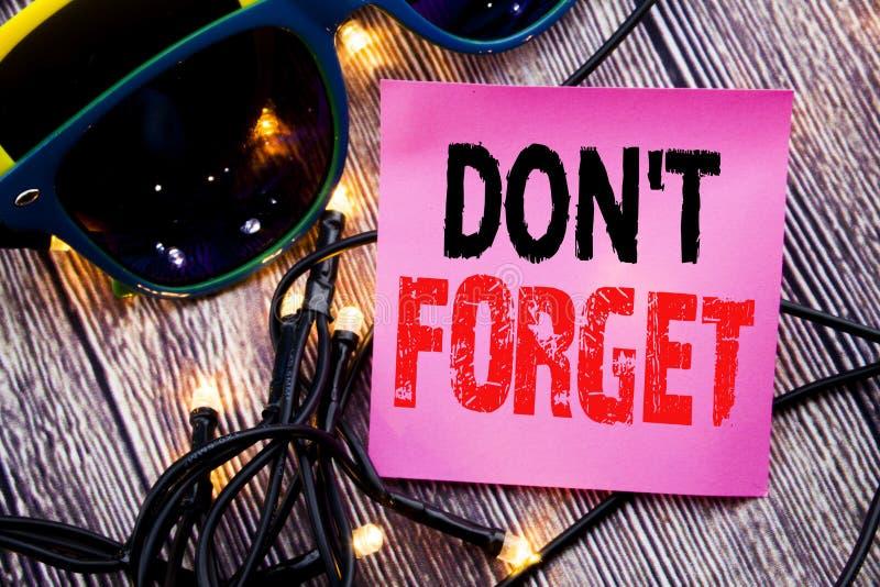 Hand het schrijven teksttitel het tonen vergeet niet Bedrijfsconcept voor Don t geheugenremider geschreven kleverige nota lege do stock fotografie