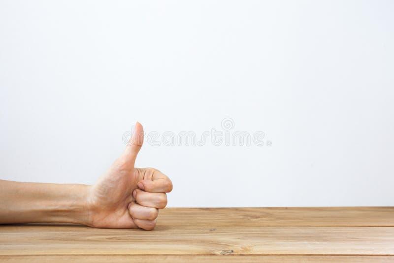 Hand het tonen beduimelt omhoog gebaar stock afbeelding