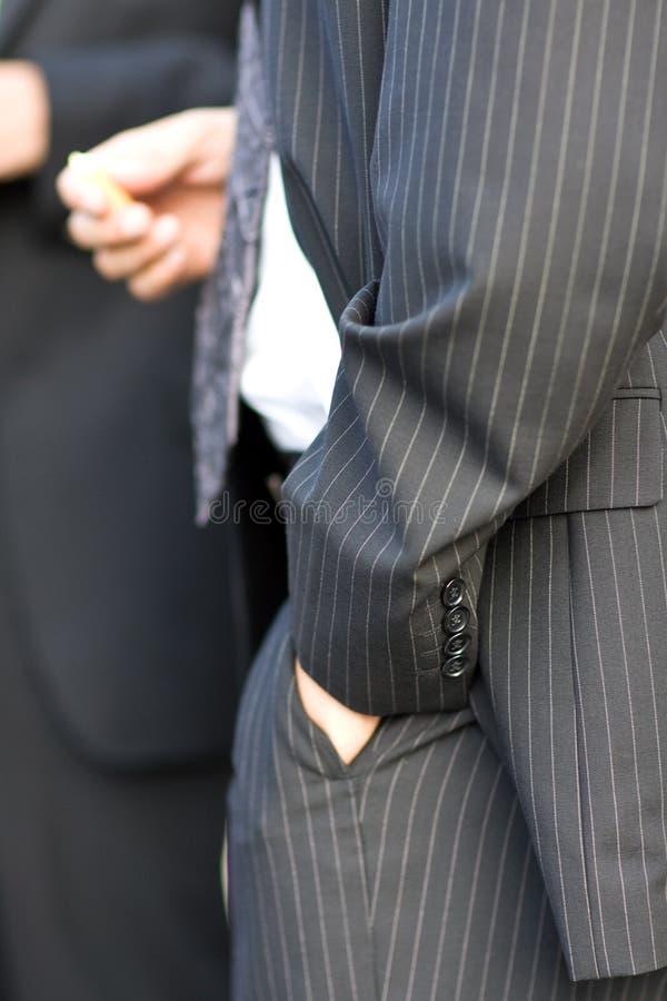 Hand hoffelijk in broek stock afbeelding
