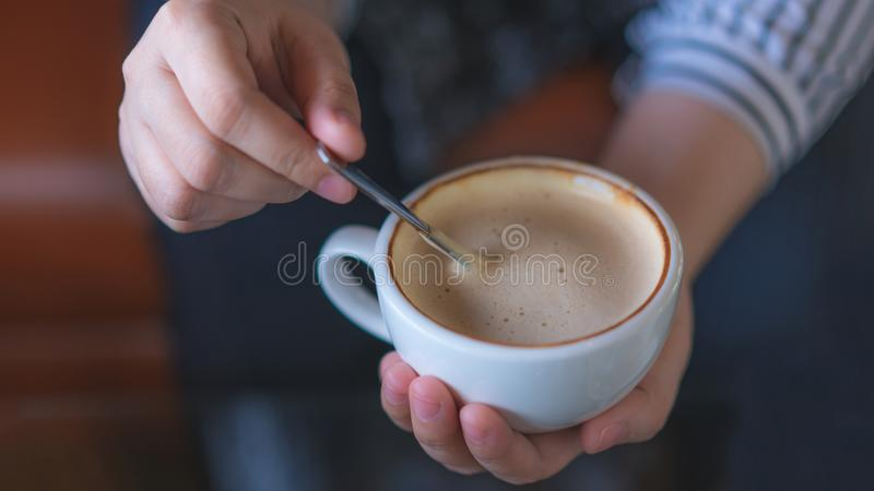 Hand Holding en het Bewegen Hete Koffie stock afbeelding