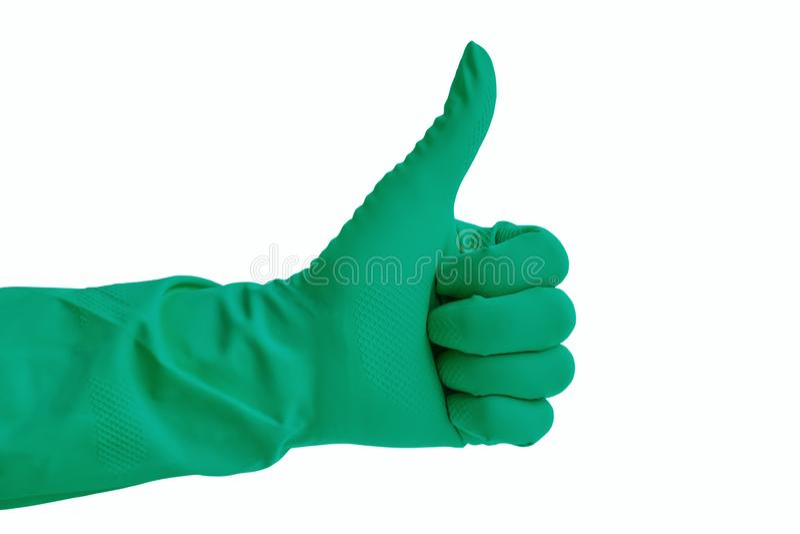 Hand i den gröna gummihandsken för att göra ren som isoleras över vit baksida royaltyfri foto