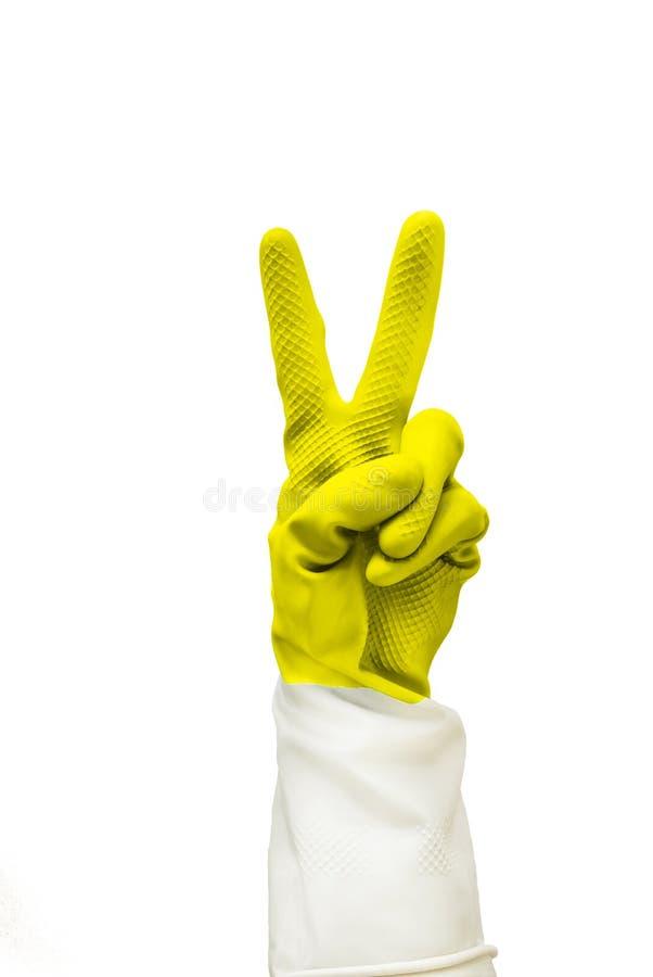Hand i den gula skyddande gummihandsken som isoleras på vit bakgrund med urklippbanan allt är det kalla tecknet som göras av läka arkivbild