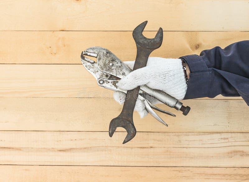 Hand i hållande skruvnyckel för handske och justerbar skiftnyckel arkivfoto