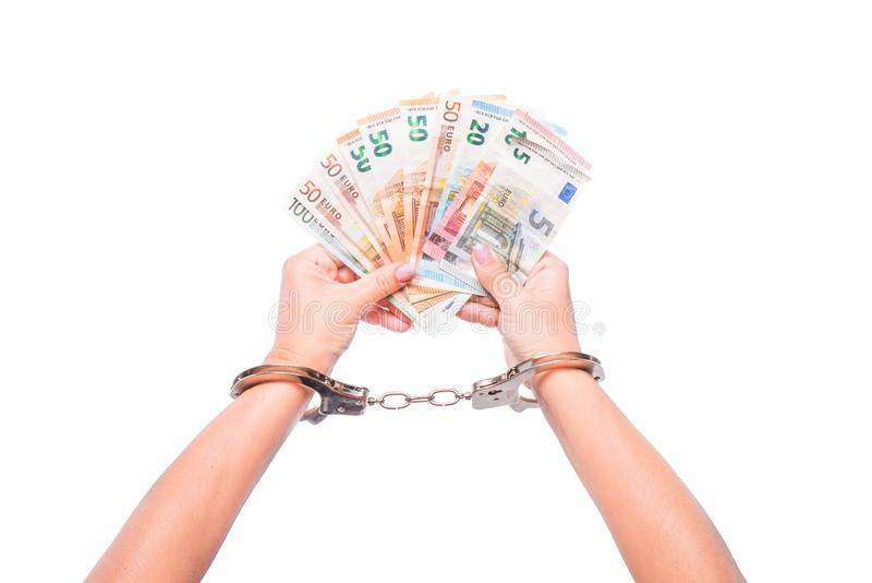 Hand i sedlar för handbojahålleuro Finansiella skulder som ska packas ihop Betalningar av skatter, kontanta pengar royaltyfri bild
