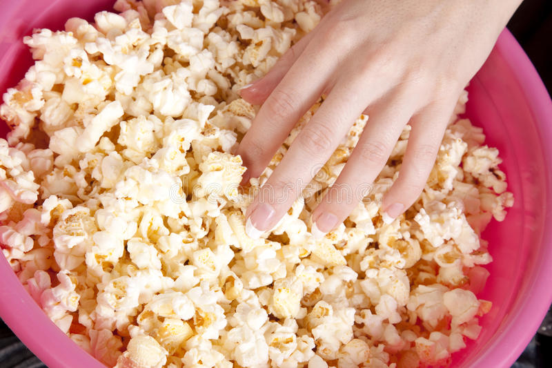 Hand im Popcorn lizenzfreie stockfotos