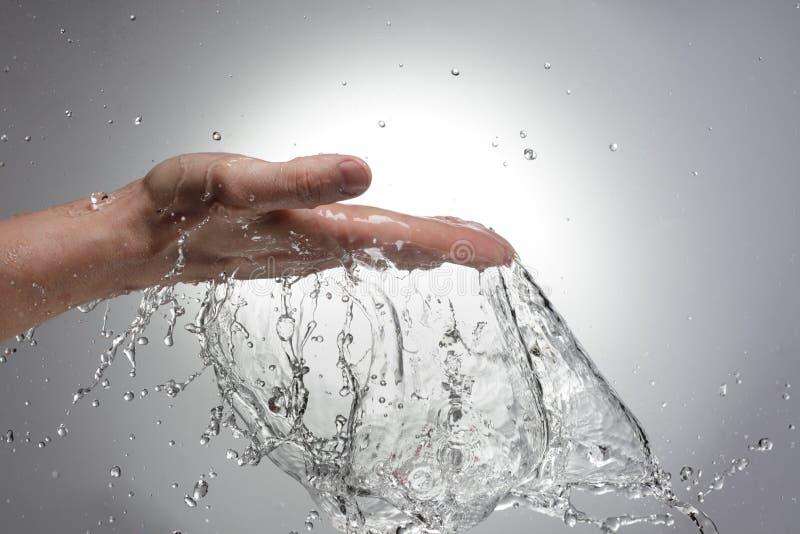 Hand im Wasser stockfotos