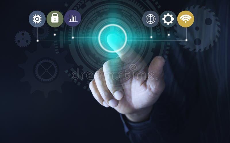 Hand klicken an virtuellen Knopf des Bildschirm- Moderne Knöpfe des Handpressens Technologiekonzept der virtuellen Schirme des Ma stockfotos