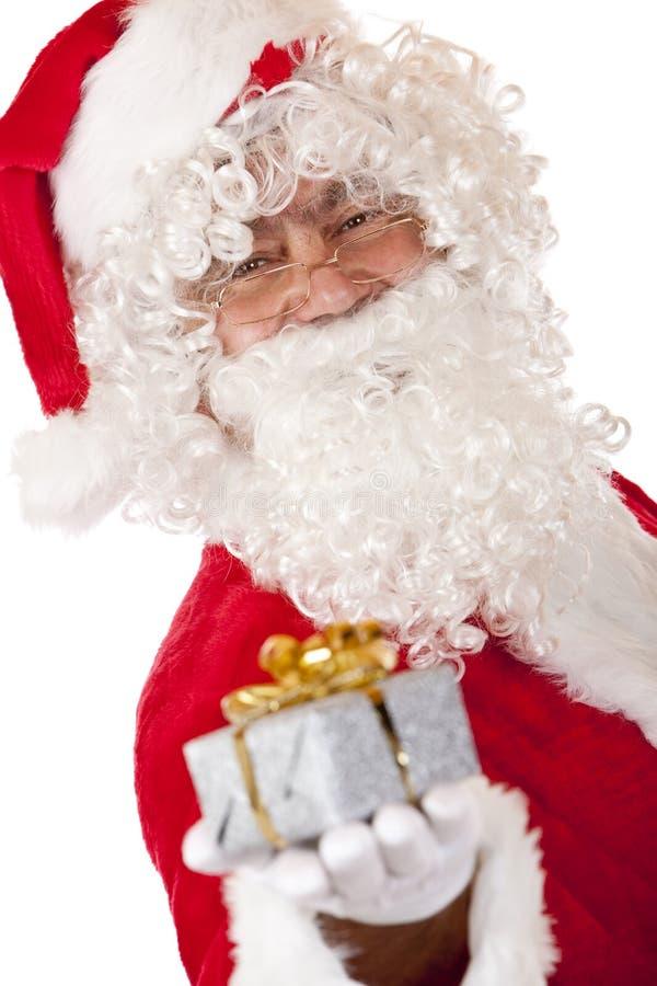 hand lyckliga rymmande santa för julclaus gåva arkivbild