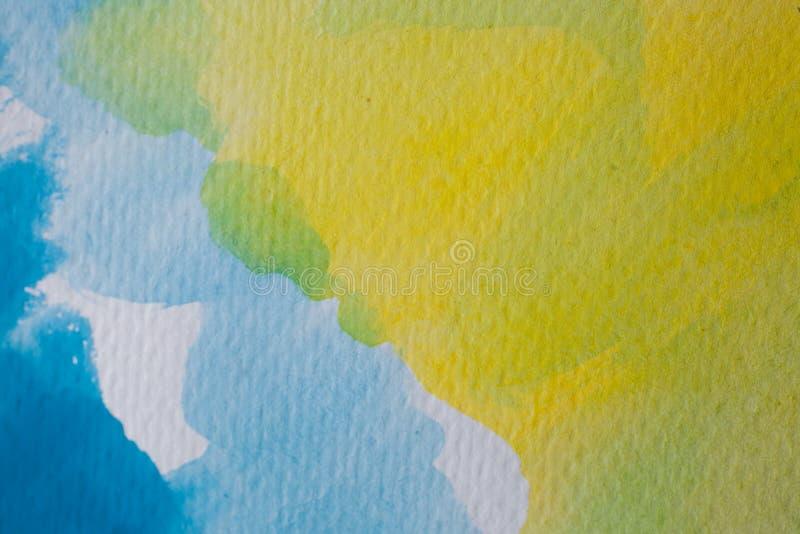 Hand målad vattenfärgbakgrund Gulna och slösa vattenfärgborsteslaglängder på texturerat papper royaltyfri fotografi