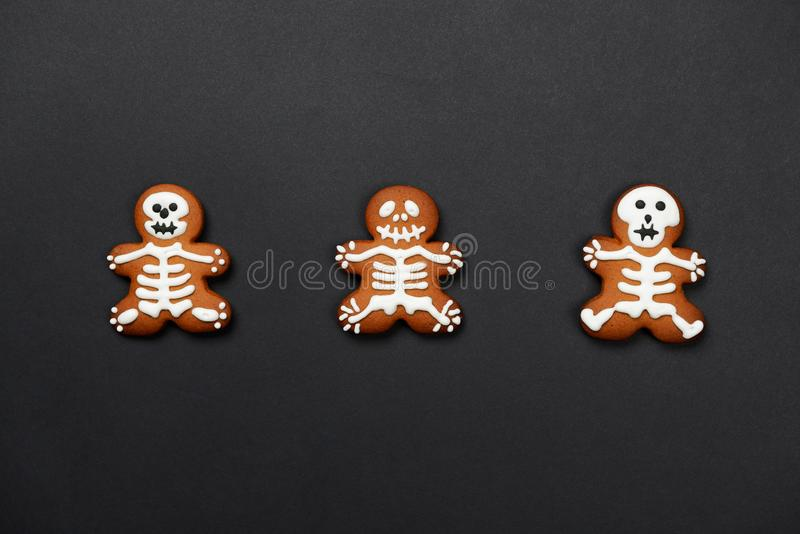 The hand-made eatable gingerbread Halloween skeletons royalty free stock photos
