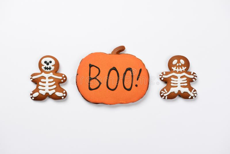 The hand-made eatable gingerbread Halloween sceletons and pumpkin royalty free stock photography