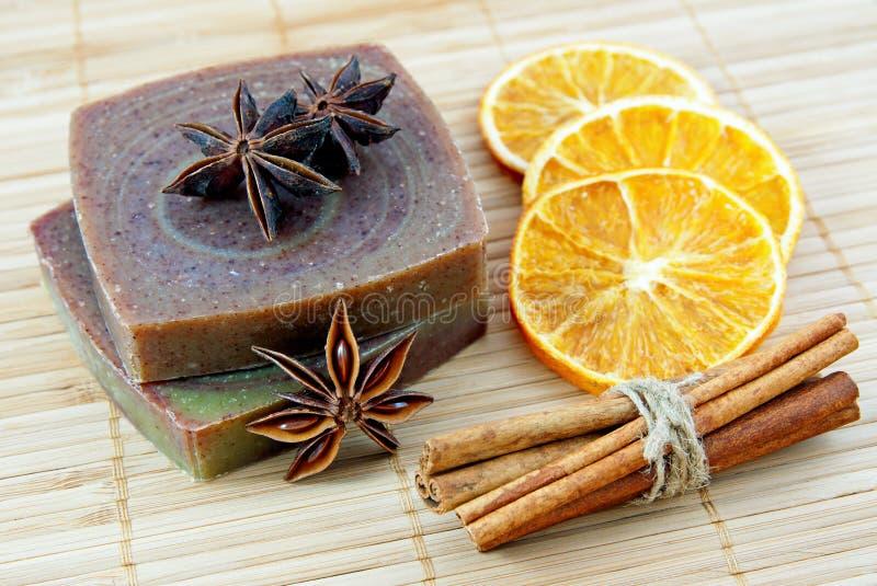 Hand-made tvål med orange och kanelbruna sticks arkivbilder