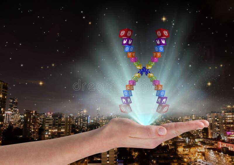 hand med applikationsymbolskromosomen över och med blåa ljus Framme av den suddiga staden på natten royaltyfri fotografi