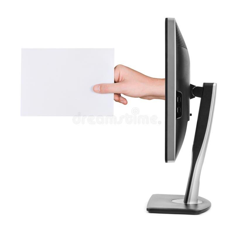 Hand med bildskärmen för tomt kort och dator fotografering för bildbyråer