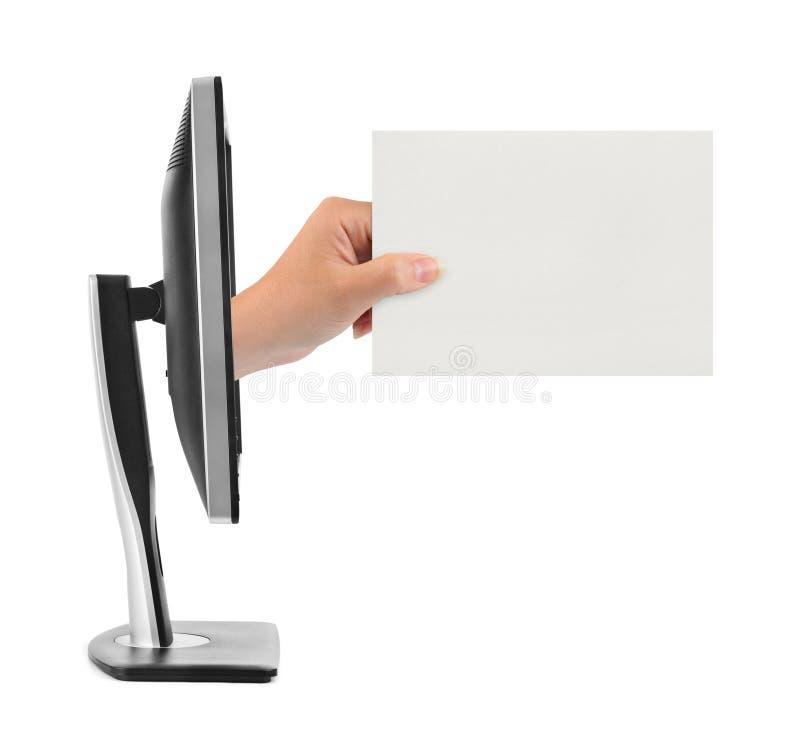 Hand med bildskärmen för tomt kort och dator royaltyfri foto