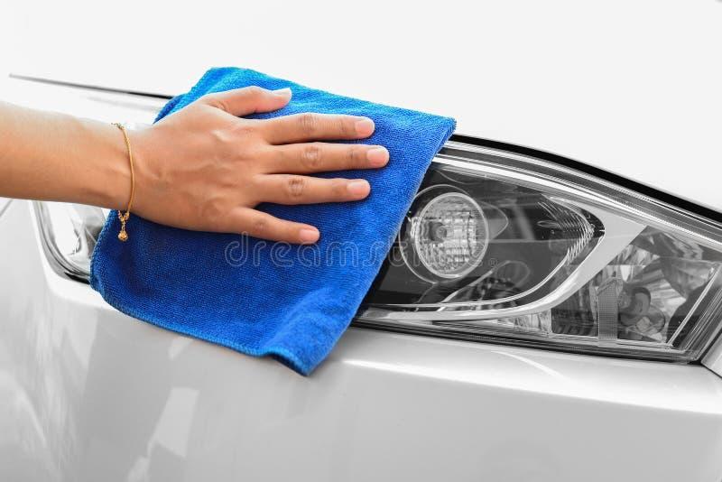 Hand med bilen för microfibertorkdukelokalvård royaltyfria foton