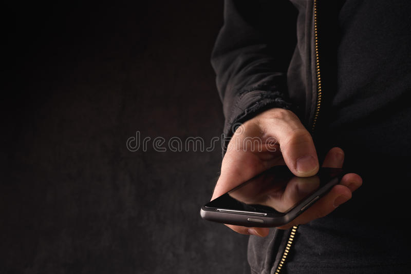 Hand med den smarta telefonen för mobil arkivbild