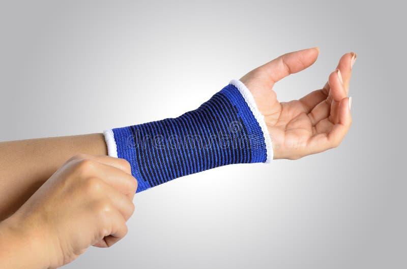 Hand med ett ortopediskt handledstag arkivfoton