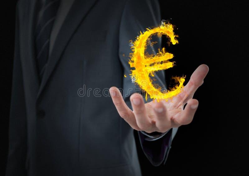 hand med eurobrandsymbolen över Svart bakgrund arkivfoto