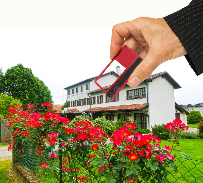Hand med huset och kreditkorten, köphusbegrepp fotografering för bildbyråer