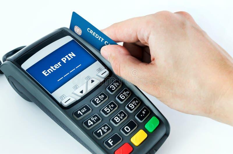 Hand med kreditkorthårda slaget till och med slutligt till salu royaltyfri bild