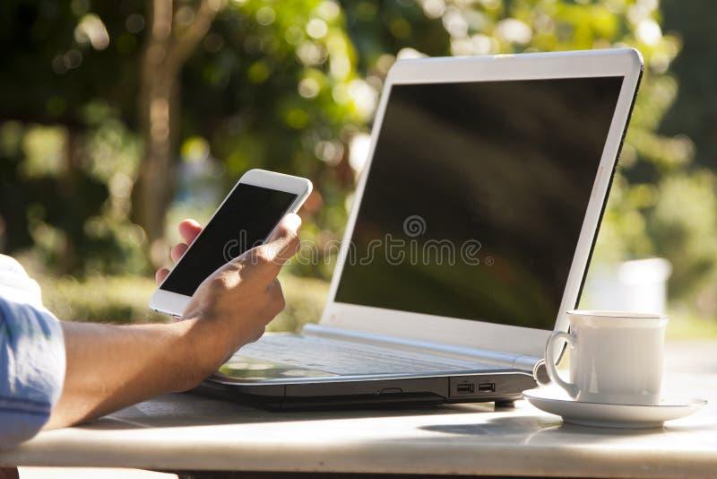 Hand med mobilen arkivbild