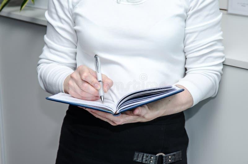 Hand med pennan och dagboken fotografering för bildbyråer
