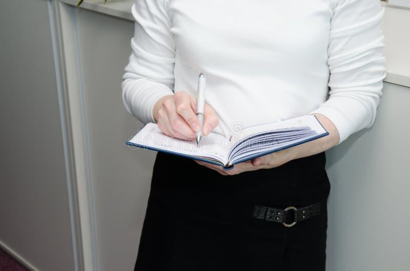 Hand med pennan och dagboken arkivfoto