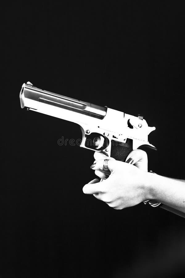 Hand med pistolen p? arkivfoton