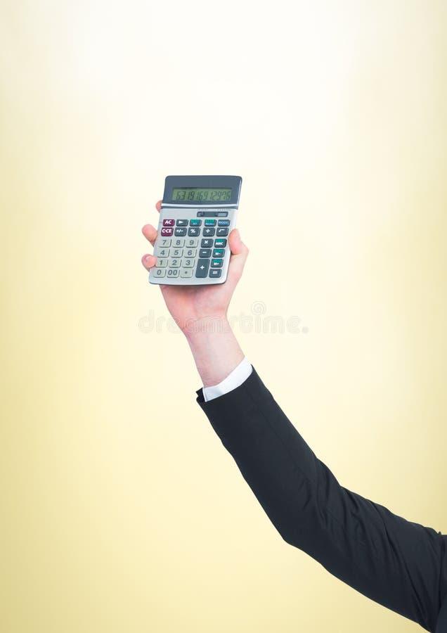 Hand med räknemaskinen mot gul bakgrund royaltyfri fotografi
