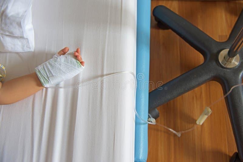 hand med salthaltigt intravenöst (iv) royaltyfri foto