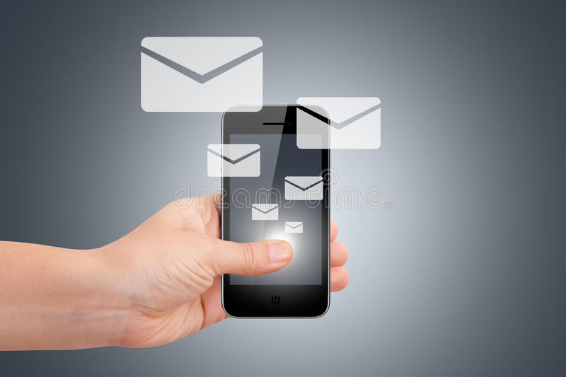Hand med smarta telefon- och Emailsymboler royaltyfria bilder