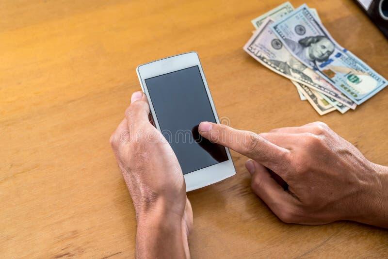 hand med telefonen och dollar royaltyfri fotografi