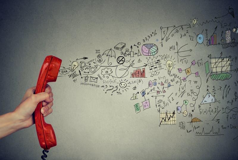 Hand met de bedrijfsstrategie van de telefoonzaktelefoon en inforgraphic uit komst stock fotografie
