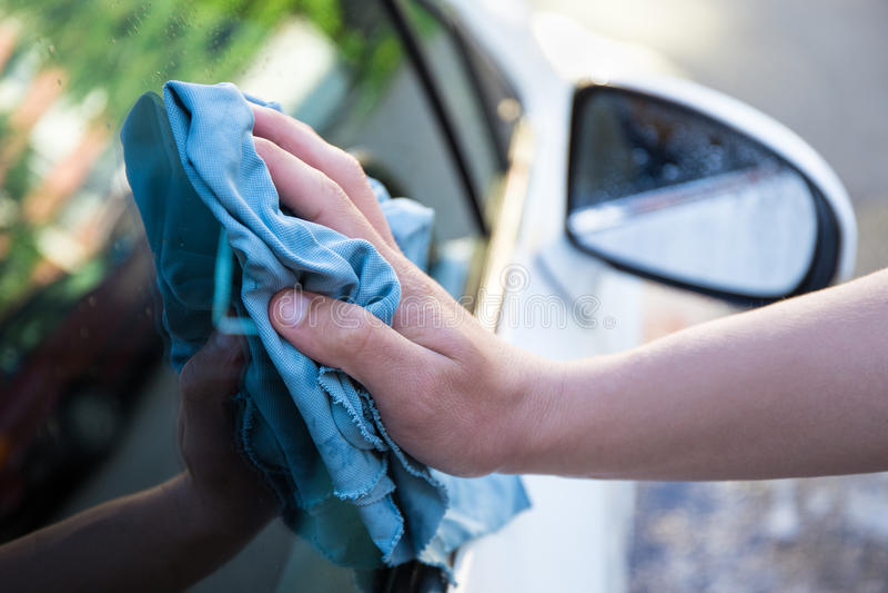 Hand met de schoonmakende auto van de microfiberdoek royalty-vrije stock afbeeldingen