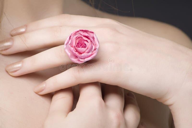 Hand met een ring stock fotografie