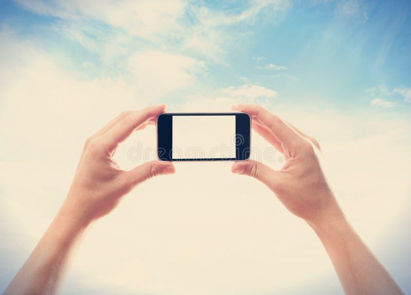 Hand met een smartphone royalty-vrije stock afbeeldingen