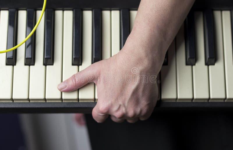 Hand met een Synthesizer royalty-vrije stock foto's