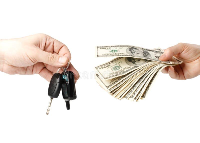 Hand met geld en autosleutels