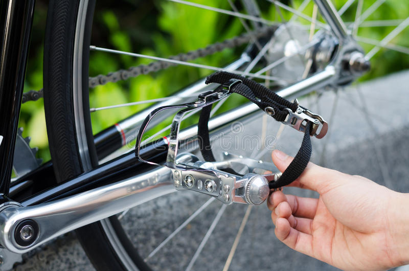 Hand met het detail van het fietspedaal stock foto