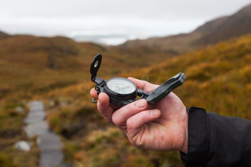 Hand met kompas stock fotografie
