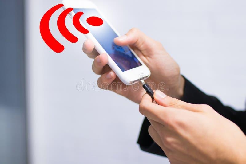 Hand met mobiel telefoon en wifisignaal stock fotografie