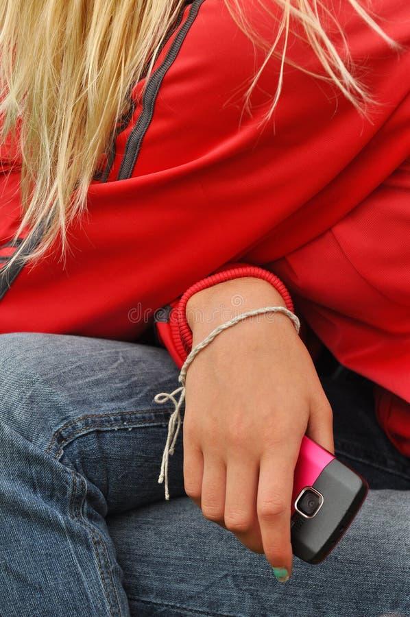 Hand met mobiele telefoon royalty-vrije stock afbeelding