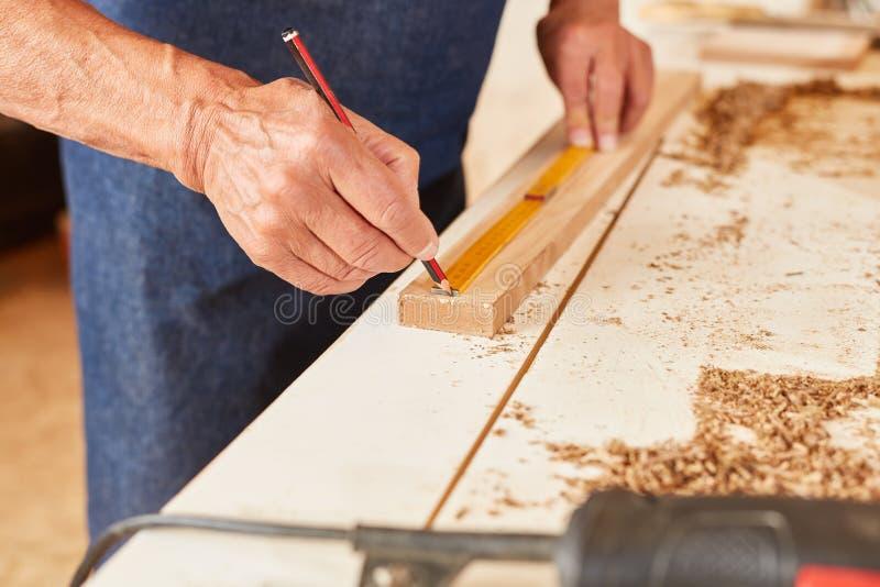 Hand met nauwkeurige meting met vouwmeter stock foto