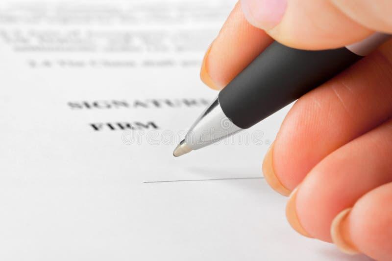 Hand met pen en contract royalty-vrije stock afbeelding